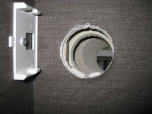 斜めに開けた穴を室内から見たところ