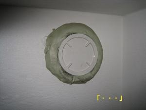 配管用の穴の周りにパテを盛られている