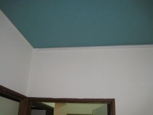 モールを天井に沿って取り付け