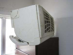 家具の上に落ちた室内機が置いてある