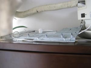 落下した室内機の据付板