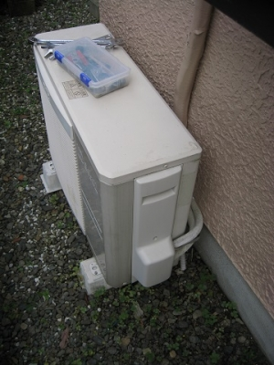 撤去するエアコンの室外機