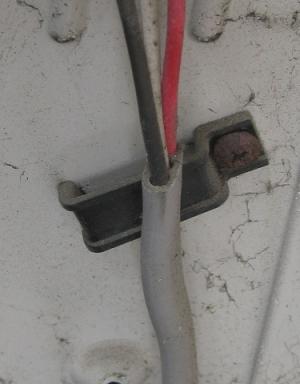 電線の押さえになるバンドが使われていない