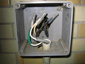 既設のボックス内で電線を接続