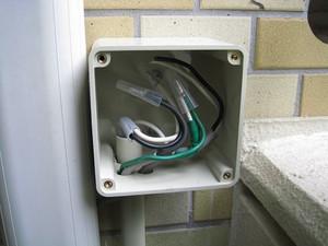 新設の防雨ボックス内で電線を接続