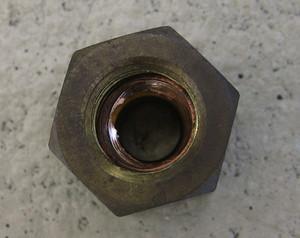 ナット側に残った銅のフレア部分