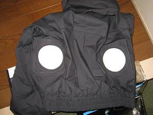 空調服には丸い穴が2つ