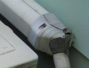 配管化粧カバーの端末が斜めになっている