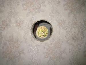 壁の配管用穴の中