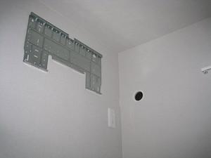 壁に配管用の穴を開けて