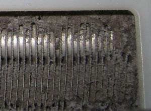 熱交換器フィンに詰まったホコリ