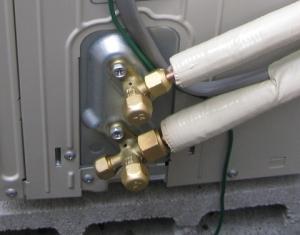 室外機の冷媒管接続例