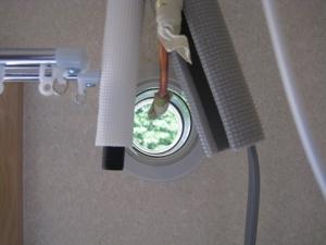 銅管の接続部が配管用穴の入り口に