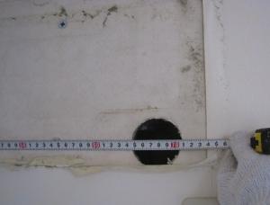 左側面の壁から穴までの距離