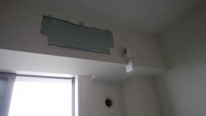 室内機の据付板と配管化粧カバーの受けを取り付け