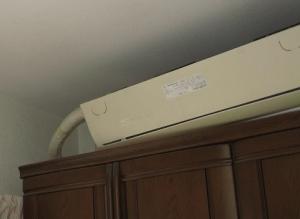 外れた室内機が家具の上に置いてある