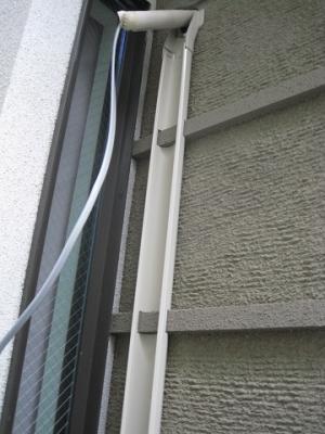 加工した配管化粧カバーを壁に固定