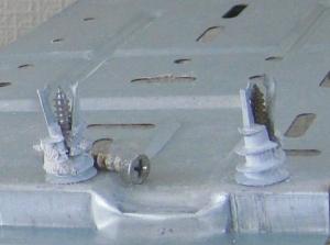 ねじ込み式ボードアンカーが広がった状態