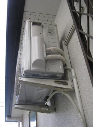 壁面に固定して音が響く室外機