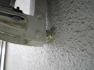 壁面金具と壁の間には防振措置がされていた