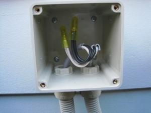 接続した電線をボックス内に収納
