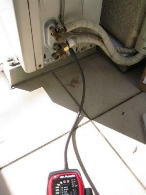 リークディテクタでガス漏れ確認