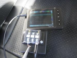 車内のシートにオシロを置いて無線機送信