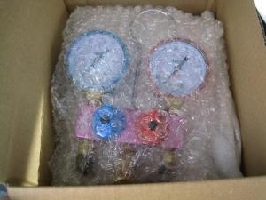梱包材で保護されたゲージマニホールド