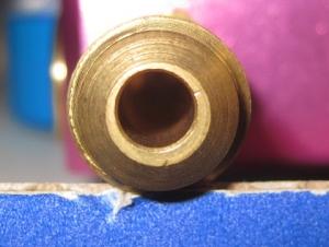 低圧側ポートの穴が芯からズレている