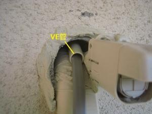 電線保護のため塩ビ管を入れた