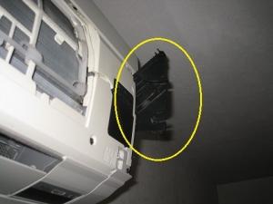 パネル開閉機構を手で補助してエアコンを運転