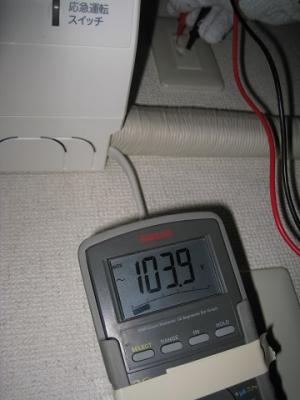 コンセント上側端子の対地電圧