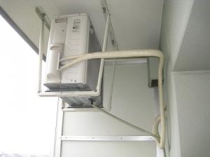 天井に吊られた室外機
