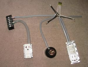 床に置いた電気器具と配線