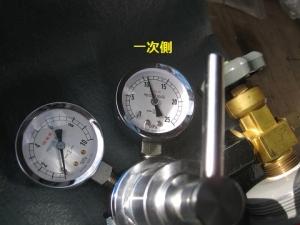 ボンベのバルブを開けて一次側圧力を確認