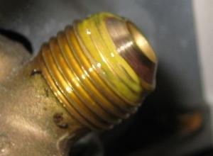 室外機銅管接続部に付けられた漏れ防止剤