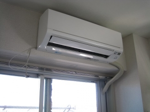 窓パネルを使用してエアコン設置完了