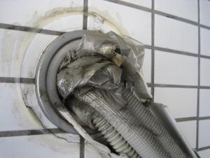 エアコンの配管穴がごみで穴埋めされている