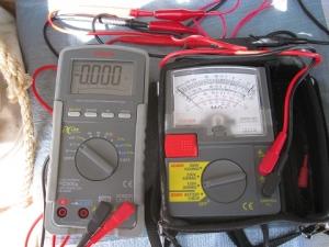 絶縁抵抗計とテスターをつないで測定開始