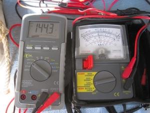 絶縁抵抗計125Vをテスターで相互に計測