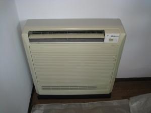 撤去する床置き形エアコンの室内機