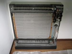 床置き形エアコン室内機のカバーをあけて