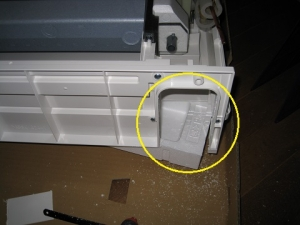 床置き形室内機の配管取り出し口切り取り
