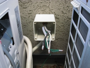 電源電線をボックス内で圧着接続