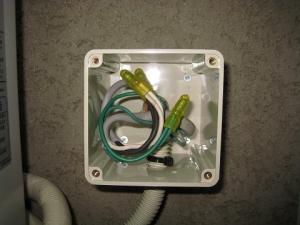 電線をボックス内に収め