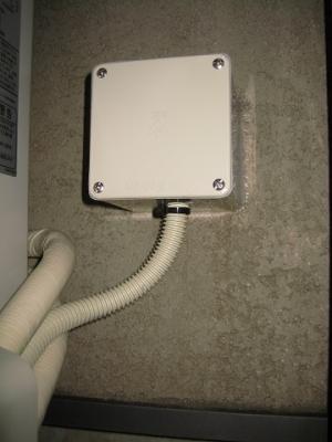 電線接続ボックスに防水パッキンの付いたフタを取り付け