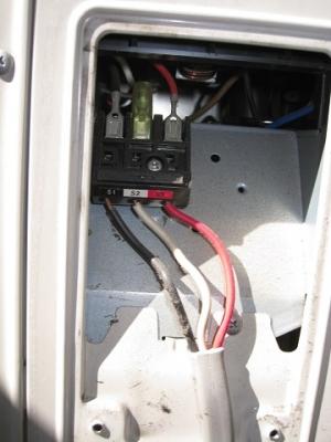 室外機の端子台部分はひどい接続状態