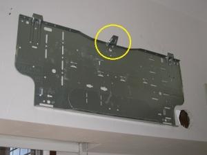 引掛け部分が変形した据付板