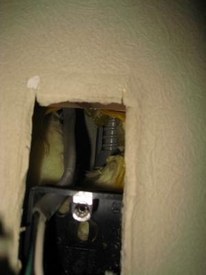 コンセントを外すとドレン排水管が奥に見える