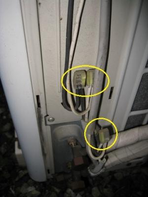 室外機のカバー内で電線を差込形コネクタで接続してある